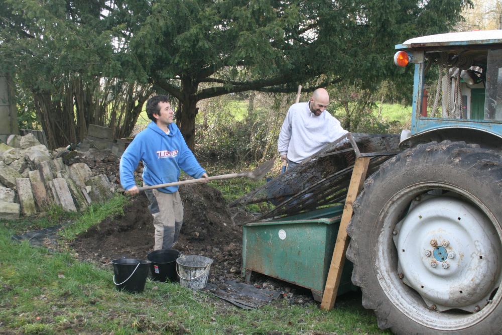 al-terre-ferme-2013-03-chantier_haie-equipe_au_travail-4