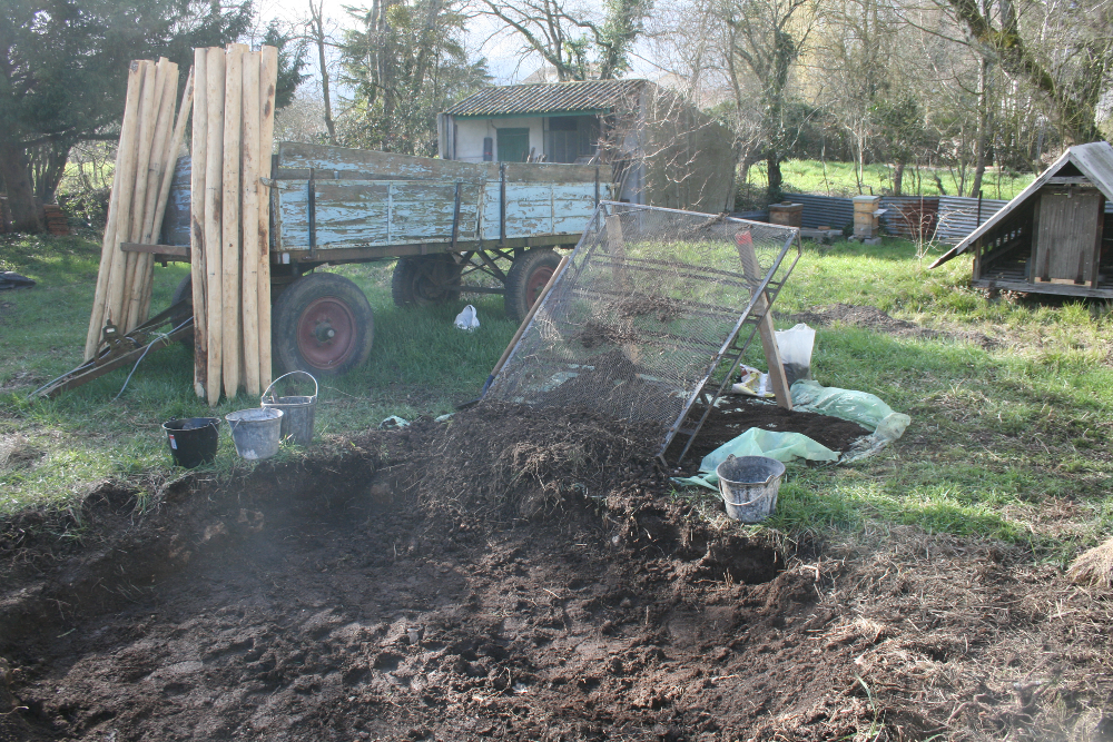 al-terre-ferme-2013-03-chantier_haie2-tamisage_compost