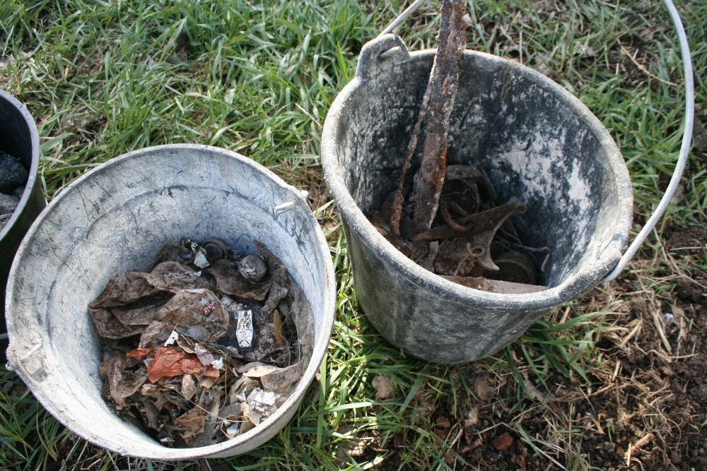 al-terre-ferme-2013-03-chantier_haie2-tamisage_compost2