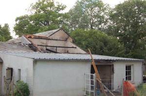 L'atelier vu de l'extérieur, toit effondré